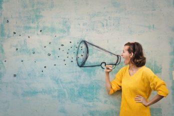 Hablar en voz alta genera 1.000 partículas víricas por minuto, según estudio de COVID-19