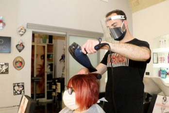 Peluqueros con COVID-19 atendieron 140 clientes sin contagiarlos ¡Salvados 'por un pelo'!