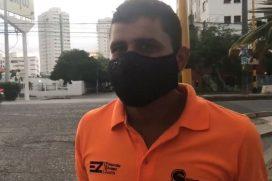 Colombiano vende chocolates en semáforos para pagar su carrera de medicina