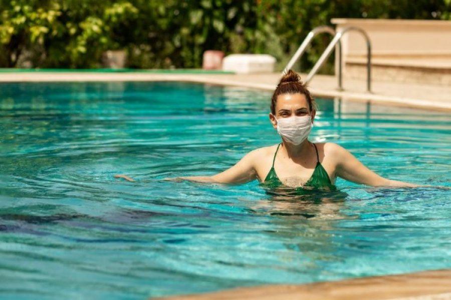 El COVID-19 y el agua, lo que debes saber sobre las piscinas y el mar