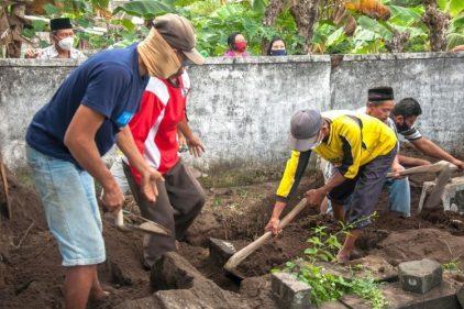 Los que no usen tapabocas son obligados a cavar tumbas para víctimas del COVID-19