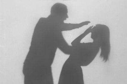 Pastor agredió a su esposa en transmisión en vivo y siguió con su 'oración de paz'