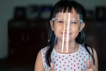 Por esta razón aseguran que protectores de plástico son inútiles contra el COVID-19
