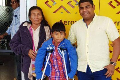 Niño wayuu vuelve a caminar gracias a una brigada de salud en La Guajira