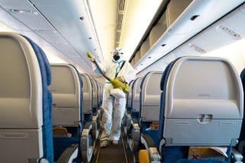 Estos son los asientos con más riesgo de contagio de COVID-19 en un avión: estudio