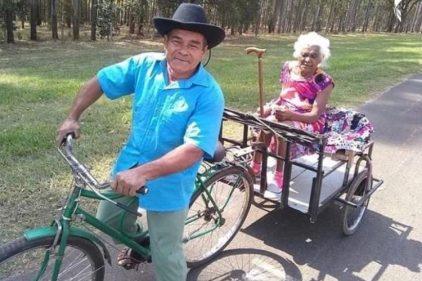 El anciano que adaptó una bicicleta para llevar de paseo a su esposa ¡Muestra de amor!