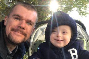 Mujer abandona a su bebé con síndrome de Down y el padre lo cría como su gran amigo