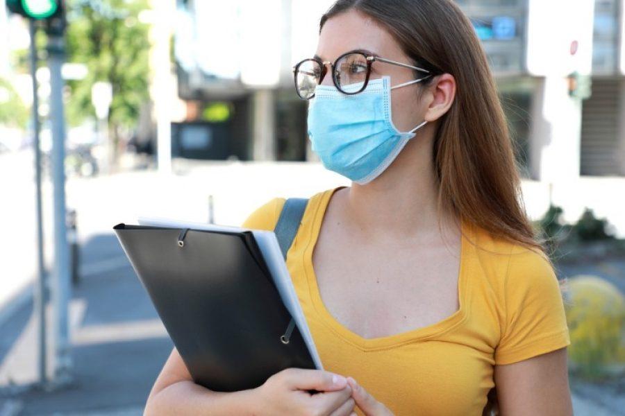 Personas con gafas podrían infectarse menos de COVID-19, según científicos