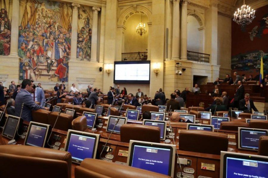 Presentan reforma para reducir congresistas y poner un impuesto a su salario