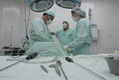 Enfermeras bailan música de carnaval frente a paciente que preparan para cirugía