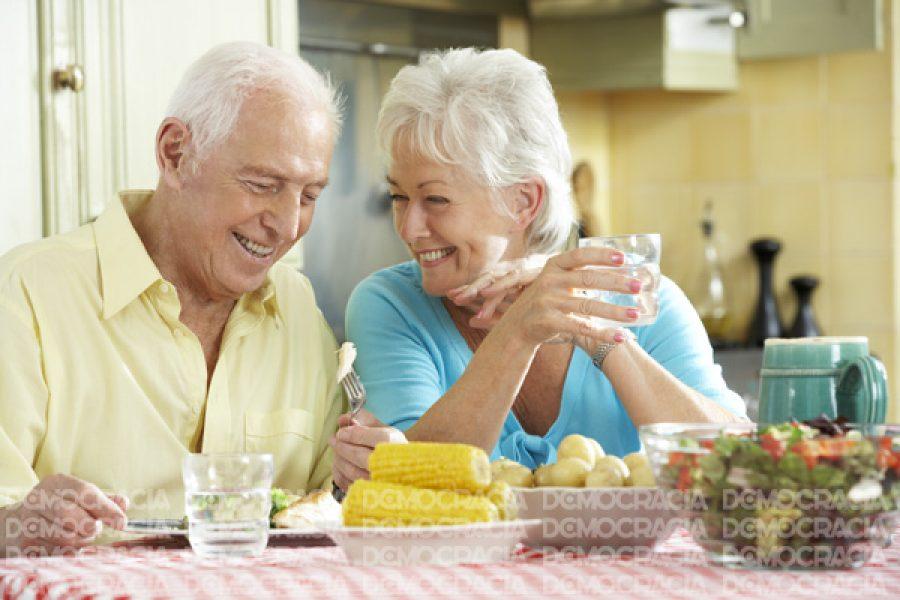 Vivir con alguien sería emocionalmente más saludable para los adultos mayores