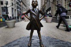 Por qué una niña desafía desde hoy al famoso toro en Wall Street