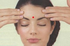 Esto es lo que sucede cuando masajeas este punto de tu frente