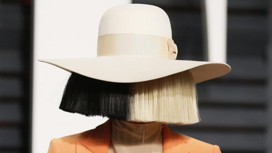 Sia se quita la peluca… ¡Y da la cara!