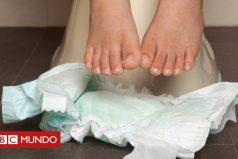 El método de crianza que lleva a los bebés al baño desde los primeros días y evita el uso de pañales