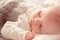 El extraño caso de la bebé que duerme durante días y sin despertarse