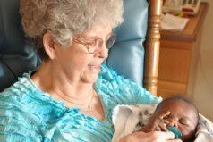 Estas voluntarias abrazan y arrullan bebés que no tienen quién los cuide