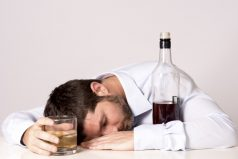 Lo que le pasa en cerebro cuando pierdes el conocimiento por beber