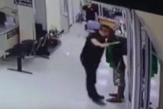 El conmovedor momento en que policía detiene a atacante con un abrazo