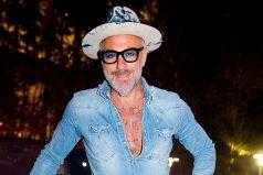 Caminar en tacones: la última ocurrencia de Gianluca Vacchi