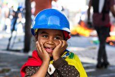 Una niña sonríe en medio del caos de las protestas en Venezuela