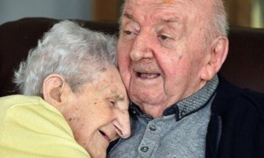 Con 98 años, mujer se mudó a asilo para estar con su hijo de 80
