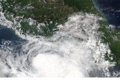 El huracán Max se dirige al sur de México golpeado por terremoto de 8.2 grados