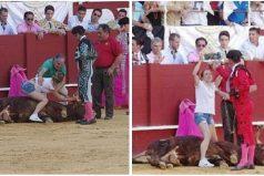 Una antitaurina saltó al ruedo para abrazar al toro en medio de su agonía