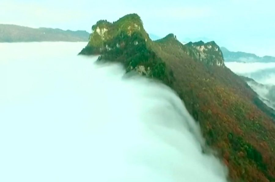 Todo un espectáculo: cascada de nubes sobre montaña en Shennongjia, China
