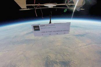 'Primera protesta en el espacio' es un irónico mensaje contra Trump