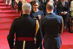 14 años después de que David Beckham fuera condecorado, Victoria recibe la OBE: ¡Cómo han cambiado!