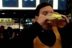Este joven tomará cerveza gratis por el resto de su vida