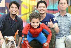 El colombiano que fabrica y dona prótesis de superhéroes a niños de bajos recursos